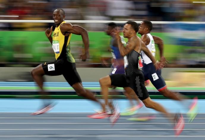 GALERIA - Usain Bolt dá uma olhadinha para os rivais na semifinal dos 100m no Engenhão (Foto: Cameron Spencer/Getty Images)