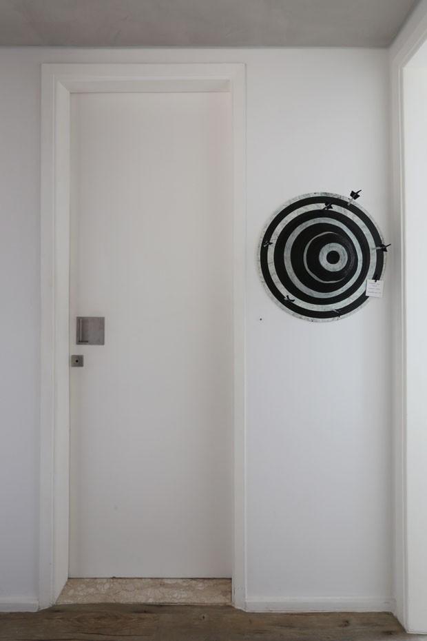 Poltrona Mole é ponto de partida em projeto de apartamento de 90 m² (Foto: Divulgação)
