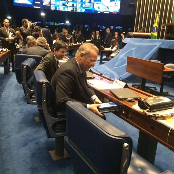 O senador Randolfe Rodrigues ajuda Renan Calheiros a vota (Foto: Reprodução )