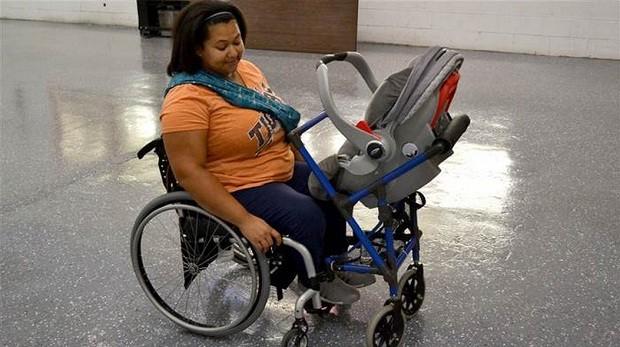 Sharina e o carrinho de bebê projetado por Alden (Foto: Reprodução)