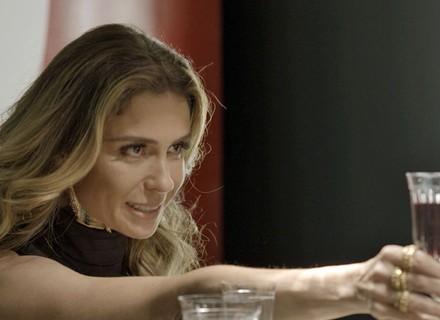 Atena brinda ao futuro casamento com Romero, sem saber que ele já está noivo de Tóia