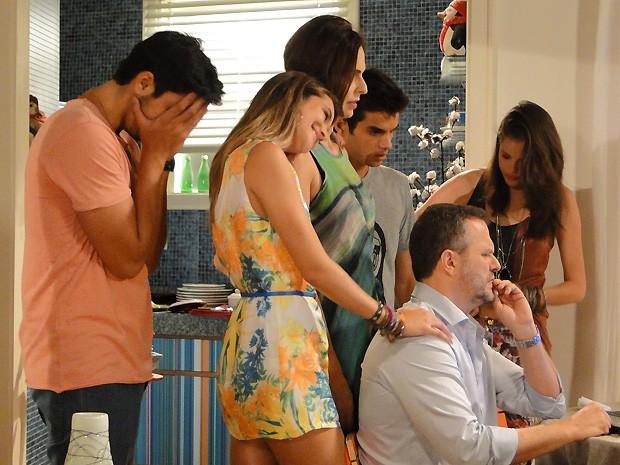 Fatinha fica toda empolgada com a família de Bruno, mas Marta fica bolada com o vestido (Foto: Malhação / TV Globo)