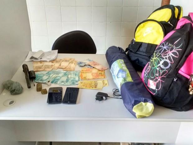 Polícia encontrou dinheiro, drogas e armas com suspeitos na Bahia (Foto: Blog do Sigi Vilares)
