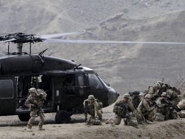 Helicóptero dos EUA  de resgate pousa depois que um helicóptero da Otan caiu em um campo e matou dois membros do serviço americano, perto Gerakhel, no leste do Afeganistão (Foto: AP Photo/Rahmat Gul)
