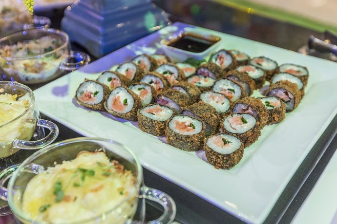 Em uma das mesas com os quitutes, Rolinhos japoneses  (Foto: Artur Meninea/Gshow)