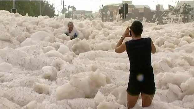 Cidade australiana fica coberta por espuma do mar (Foto: BBC)