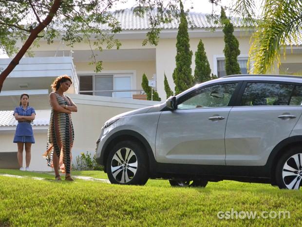 Ricardo chega furioso à casa de Branca e quase atropela a ex mulher (Foto: Em Família/ TV Globo)