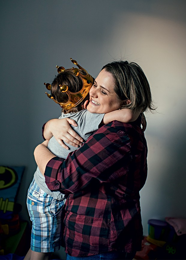 SAUDADES A jornalista Fabiana Faria abraça o filho João, de 5 anos. Ele agora mora com o pai (Foto: Filipe Redondo/ÉPOCA)
