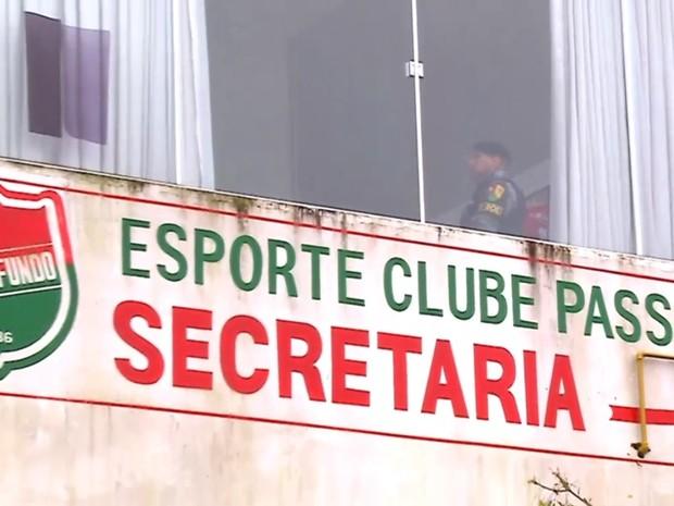 Buscas foram cumpridas também no Esporte Clube Passo Fundo (Foto: Reprodução/RBS TV)