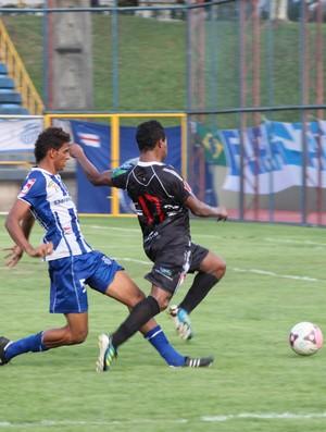 Lance em que Edinho Canutama sofreu o pênalti=31-03-2012 (Foto: Anderson Silva/GLOBOESPORTE.COM)
