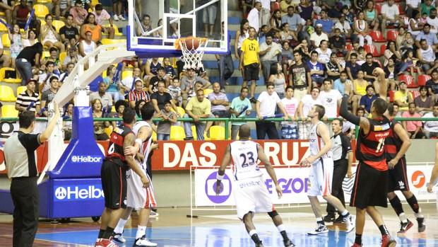 Marquinhos foi o cestinha da partida com 20 pontos (Foto: Thiago Fidelix)