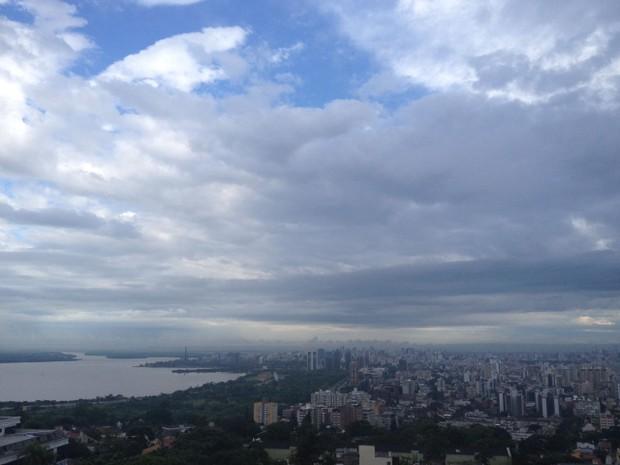 Amanhecer em Porto Alegre neste sábado (31) de tempo instável (Foto: Rafaella Fraga/G1)