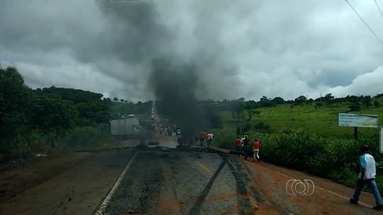 Integrantes do MST bloqueiam rodovias durante protesto em Goiás