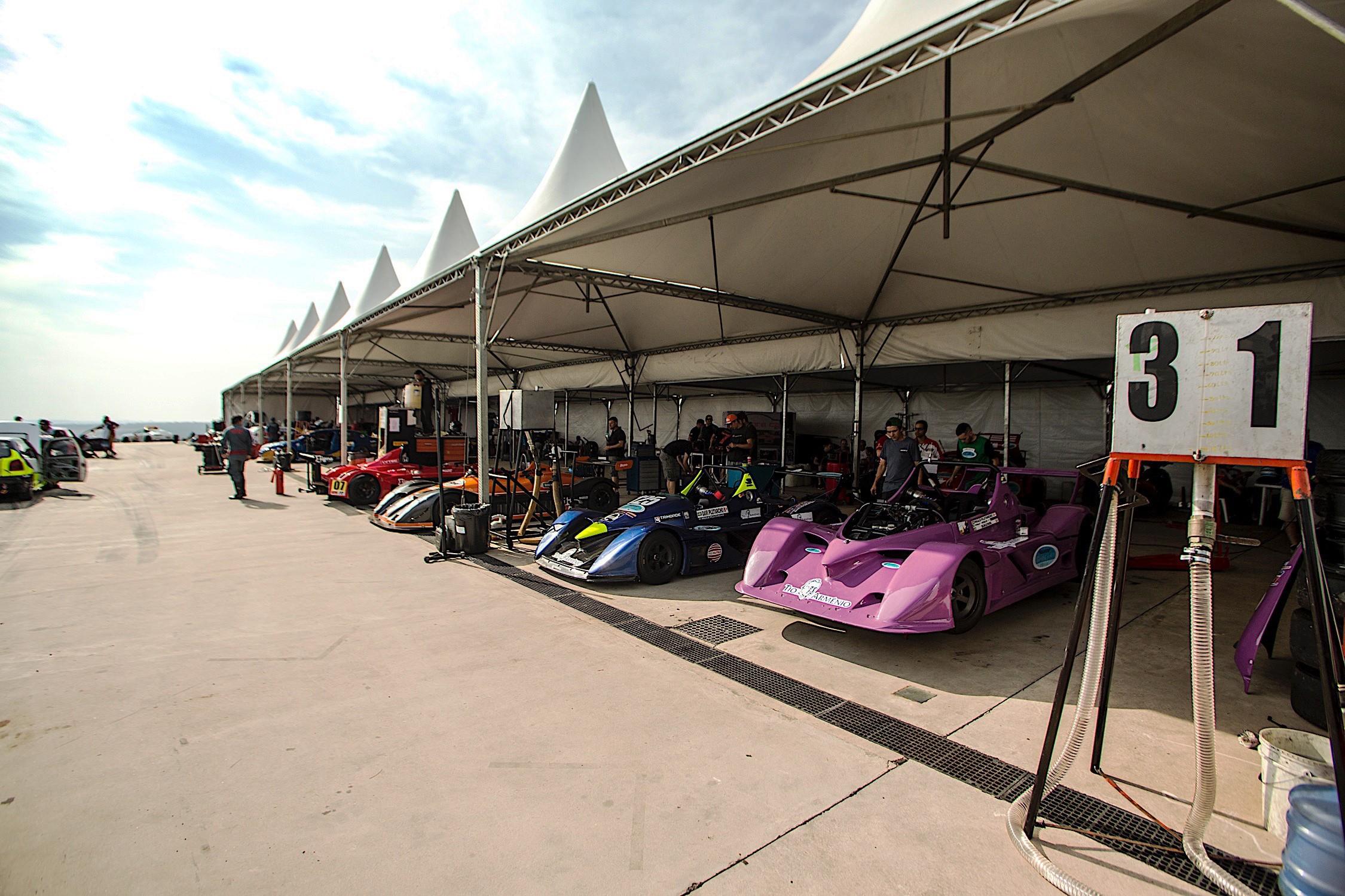 Boxes lotados de protótipos das categorias P1, P2 e P3 (Foto: Bruno Terena)
