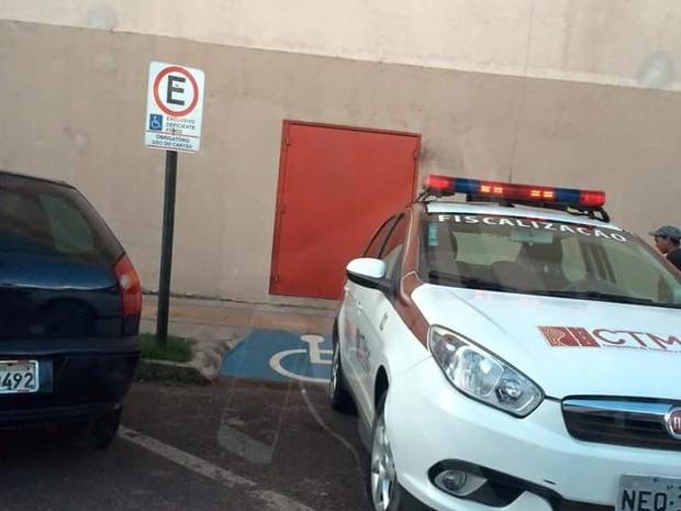 Carro da CTMac foi flagrado em vaga para deficiente em Macapá (Foto: Reprodução)