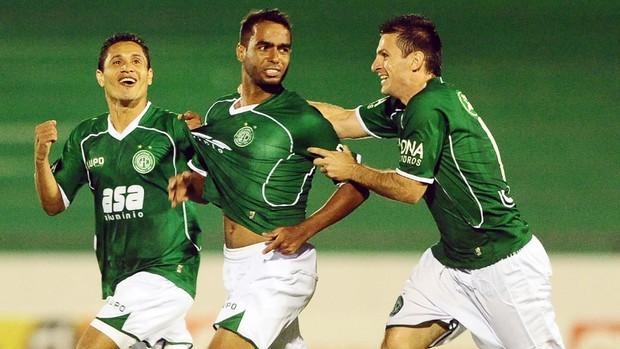 Fábio Bahia e Fumagalli festejam gol de Fabrício no Guarani (Foto: Marcos Ribolli / Globoesporte.com)