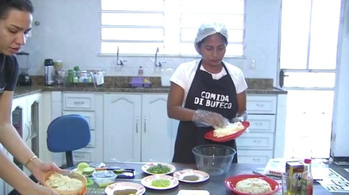 """Aprenda a fazer a receita do """"Bolinho do Carvalho"""" (Foto: Amazônia TV)"""