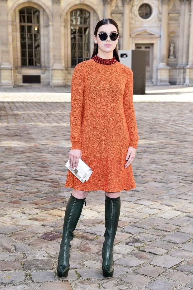 Hailee Steinfeld no desfile da Dior em Paris (Foto: Getty Images)