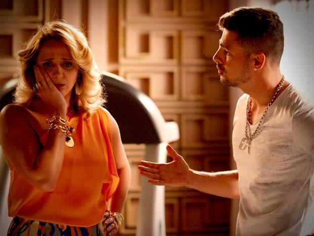 Ivana não aprova namoro de Jorginho (Foto: Avenida Brasil / TV Globo)