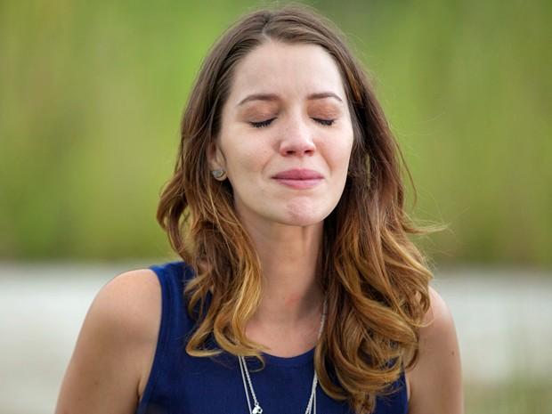 Laura fica tensa e torce pela recuperação do vilão (Foto: Fabiano Battaglin / Gshow)