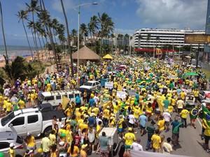 Manifestantes seguem em caminhada pela Jatiúca (Foto: Roberta Cólen/G1)