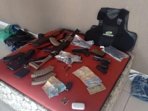 Armas foram encontradas na residência onde quadrilha estava (Foto: Thaís Andrioli/TV TEM)