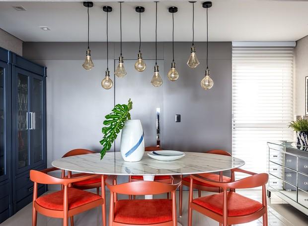 sala-de-jantar-cadeiras-laranjas-parede-azul-luminarias (Foto: Eduardo Macarios/Divulgação)