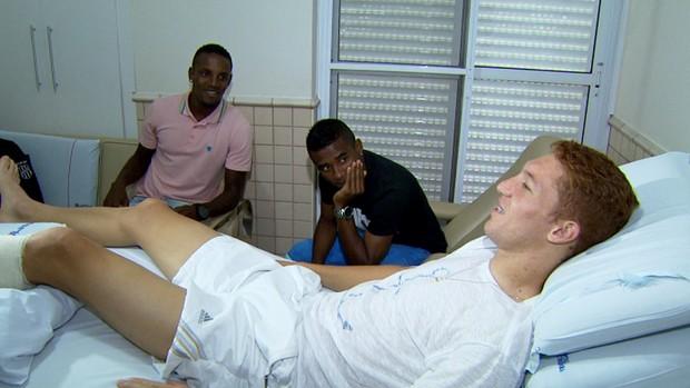 Cicinho e Cleber visitam Ferrugem no hospital (Foto: Carlos Velardi/ EPTV)