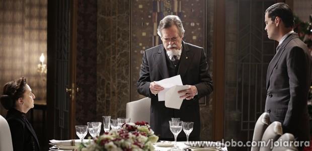 Ernest fica chocado com as provas que Manfred reuniu contra ele (Foto: Fábio Rocha/TV Globo)
