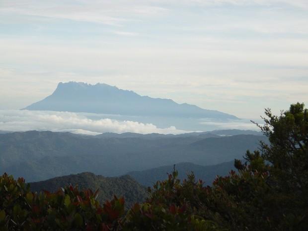 Imagem do Monte Kinabalu, onde cientistas da Holanda e da Malásia fizeram expedição e encontraram 160 novas espécies de animais e vegetais (Foto: Divulgação/Naturalis)