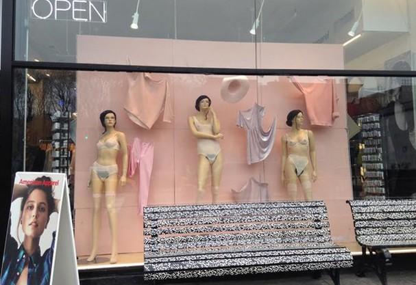 Quem passou pelas vitrines da American Apparel pode notar manequins fora do comum (Foto: Gothamist)