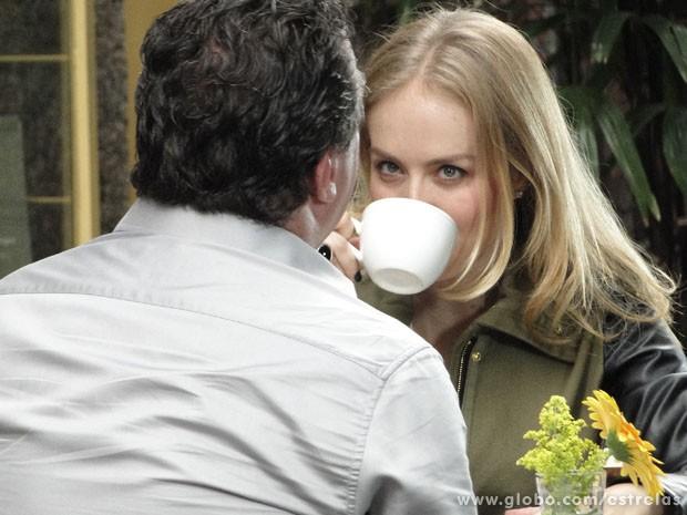 Angélica toma café com o ator, que interpretou o mafioso Russo, em Salve Jorge (Foto: TV Globo/ Estrelas)