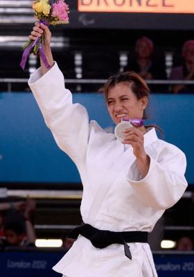 A judoca Lúcia Teixeira comemora a conquista da medalha de prata nos Jogos Paralímpicos de Londres (Foto: Dennis Grombkowski/Getty Images)