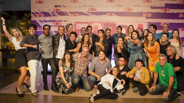 O elenco do novo Zorra todo reunido para a foto; programa repaginado estreia no dia 9 (Foto: Globo)