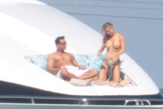 Joanna Krupa e o marido, Romain Zago, em Miami (Foto: AKM-GSI)