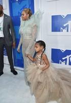 Beyoncé aposta em look 'angel' sexy no tapete vermelho do VMA 2016