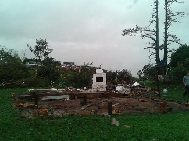 Zona rural de Chapecó foi atingida por fortes ventos no fim da tarde dest (Foto: Isabel Malheiros/RBS TV)