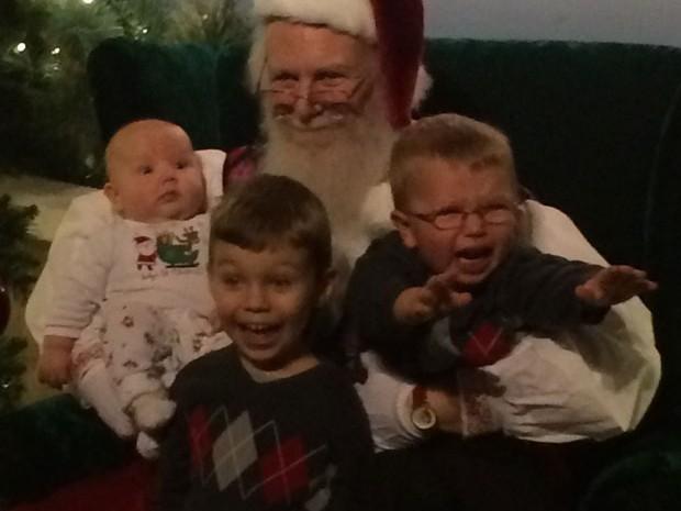 Foto bizarra de crianças posando ao lado do Papai Noel faz sucesso na internet (Foto: Reprodução/Imgur/kielby)