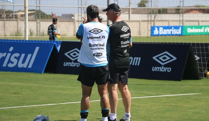 Felipão orientou trabalho de bolas paradas e conversou com Douglas (Foto: Eduardo Moura/GloboEsporte.com)