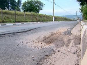 Buracos e desníveis no asfalto são problemas enfrentados por moradores em Vinhedo (Foto: Reprodução / EPTV)