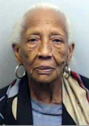 Famosa ladra de joias, a americana Doris Payne, de 85 anos, voltou a ser presa na Geórgia (Foto: Fulton County Sheriff's Office/AP)