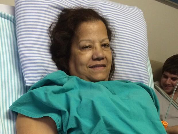 Penha Rodrigues, de 59 anos, estava acordada e bem após a cirurgia (Foto: Divulgação/Arquivo Pessoal)