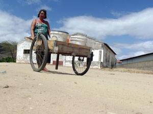 Ana Santana acorda cedo e faz várias viagens até o chafariz da cidade para pegar água (Foto: Anderson Barbosa/G1)