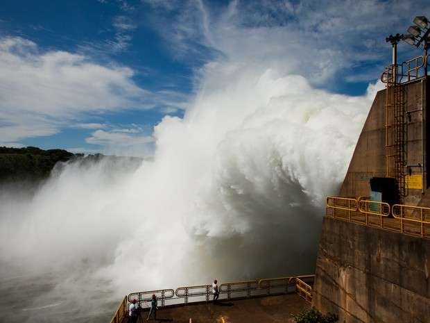 Vertedouro de Itaipu foi aberto na noite de sexta-feira e na tarde de sábado (17) volume de água seguia alto (Foto: Alexandre Marchetti/Itaipu Binacional)