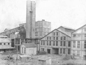Uma das primeiras estruturas da fábrica de papel, que fixou na região central da Fazenda Monte Alegre (Foto: PMTB/ Divulgação)