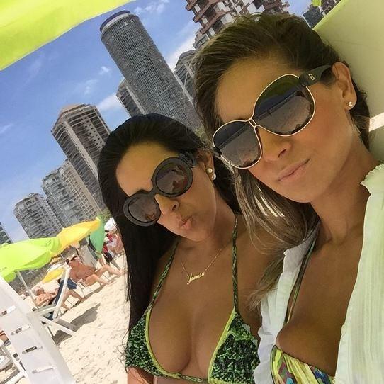 Mayra Cardi e amiga na praia (Foto: Instagram / Reprodução)
