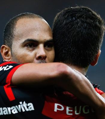 Alecsandro gol Flamengo x Coritiba (Foto: Guito Moreto / O Globo)