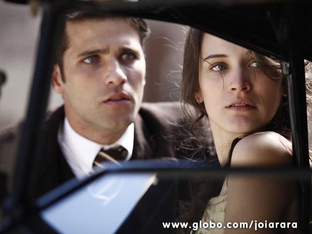 Mundo vê Amélia e Franz se beijando e não gosta nem um pouco (Foto: Joia Rara/ TV Globo)