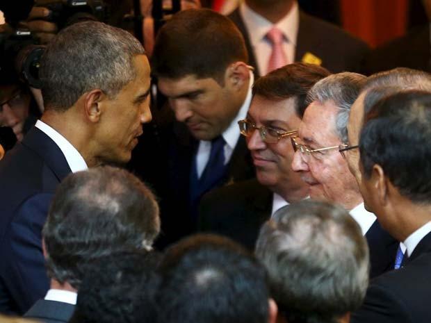 Barack Obama interage com Raúl Castro antes da cerimônia de abertura da Cúpula das Américas, nesta sexta-feira (10) no Panamá (Foto: REUTERS/Peru Presidency)