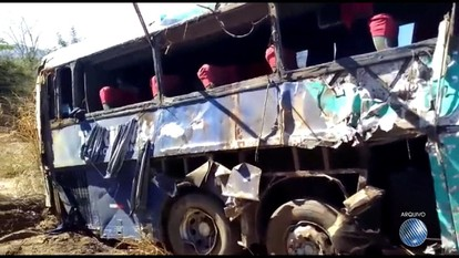 Corpos de vítimas de acidente com ônibus que saiu de SP para a Bahia são enterrados